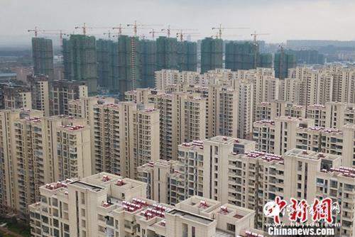 图为航拍南京城北一处楼盘。<a target=